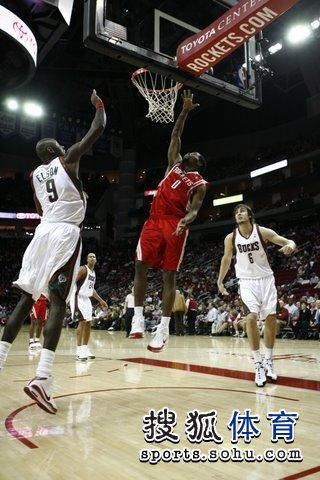 图文:[NBA]火箭VS雄鹿 小布挂篮下