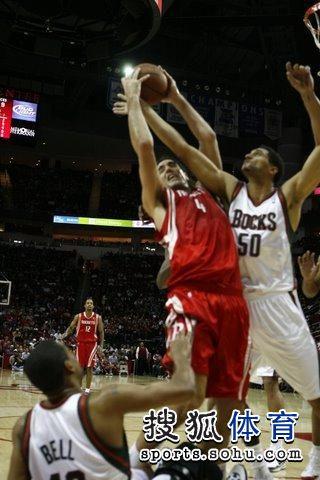 图文:[NBA]火箭VS雄鹿 斯科拉被抢断