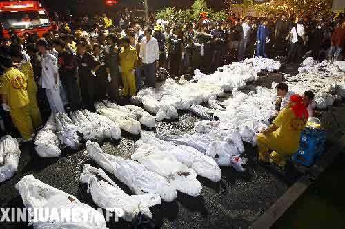 1月1日,搜救人员和警察在泰国首都曼谷发生火灾的赛提卡夜总会查看遇难者尸体。泰国警方1日说,首都曼谷一家夜总会在新年午夜时发生火灾,目前已造成至少55人死亡、上百人受伤。新华社/法新