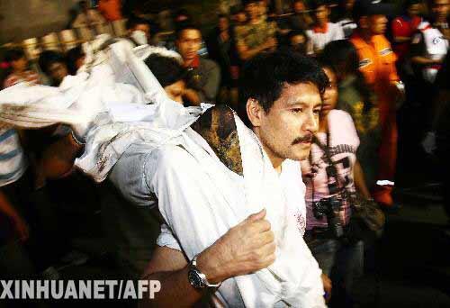 1月1日,一名消防员在泰国首都曼谷发生火灾的赛提卡夜总会里搬运尸体。