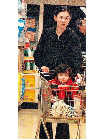 张柏芝带儿子逛超市后赶在12点前回家。