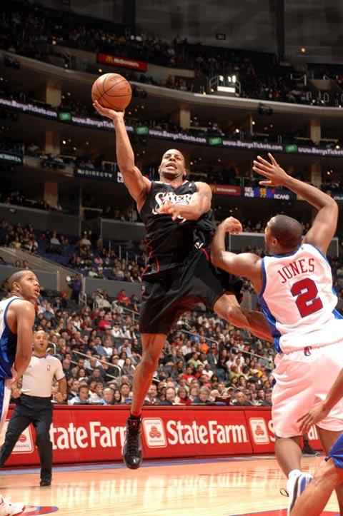 图文:[NBA]76人VS快船 伊戈达拉高难度上篮