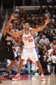 图文:[NBA]76人VS快船 坎比篮下要球进攻