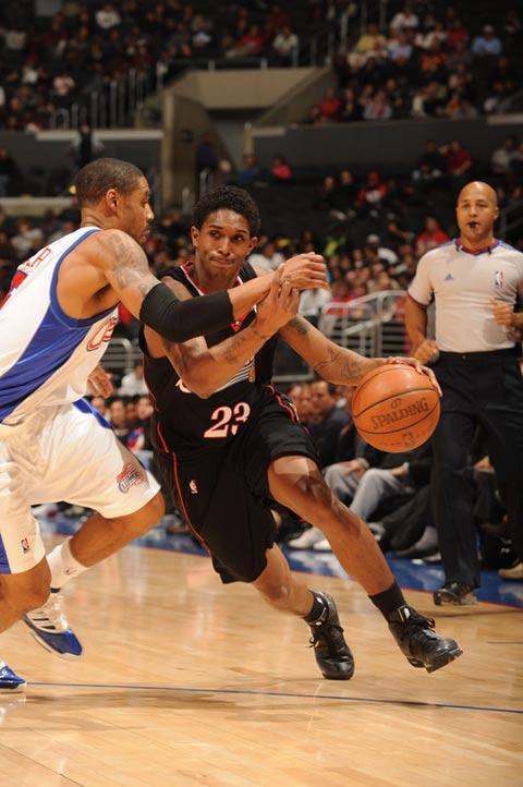 图文:[NBA]76人VS快船 威廉姆斯运球突破