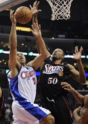 图文:[NBA]76人VS快船 戈登上篮被封盖