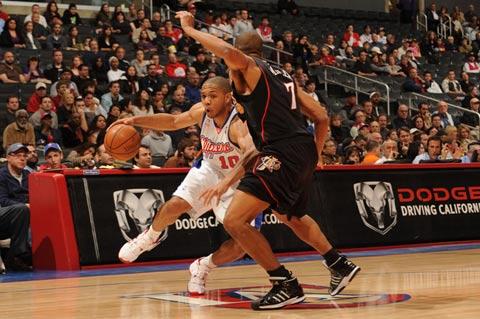 图文:[NBA]76人VS快船 戈登运球突破