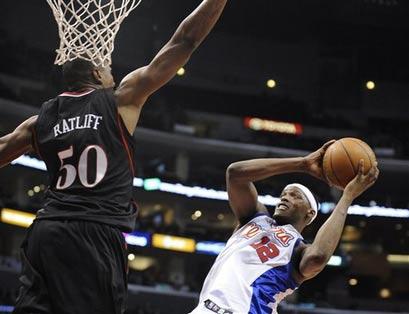 图文:[NBA]76人VS快船 拉特利夫防守对手