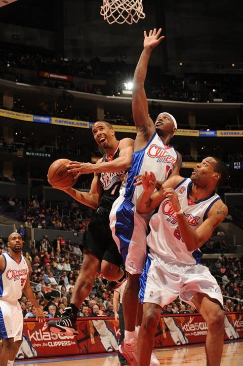 图文:[NBA]76人VS快船 米勒突破内线强攻