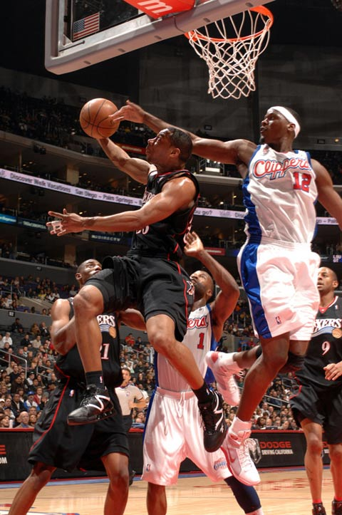 图文:[NBA]76人VS快船 索顿回头望月