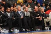 图文:[NBA]76人VS快船 邓利维场下观看