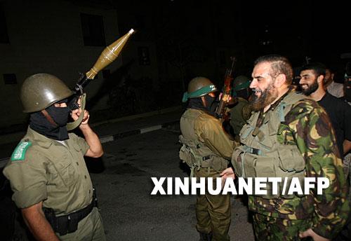9月13日,巴勒斯坦伊斯兰抵抗运动(哈马斯)地区领导人尼扎尔·拉扬(右)在加沙地带北部向参加军事演练的哈马斯成员训话。 新华社/法新