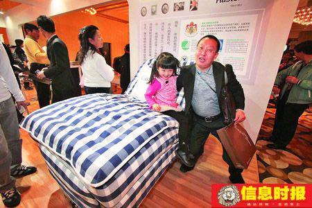 瑞典海斯腾睡床价值16.8万元。这款来自瑞典,名叫海斯腾的睡床吸引了很多人观看。该款睡床是纯天然材料、纯手工制作的,具有按摩功能。本版摄影 信息时报记者 郭柯堂