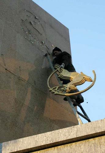 2008年12月31日16时30分许,石家庄三鹿集团门头标识正在被拆除