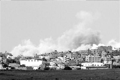 ▲2日,加沙地带北部遭轰炸后冒起滚滚浓烟。新华社发