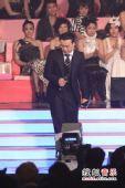 2008劲歌金曲颁奖礼现场 陈奕迅迈步上台玩幽默