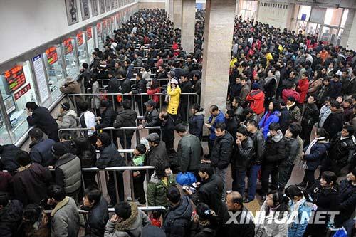 1月3日,在西安火车站,人们排队购买火车票。新华社发(袁景智 摄)