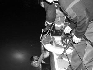 消防队员将轻生大学生救起