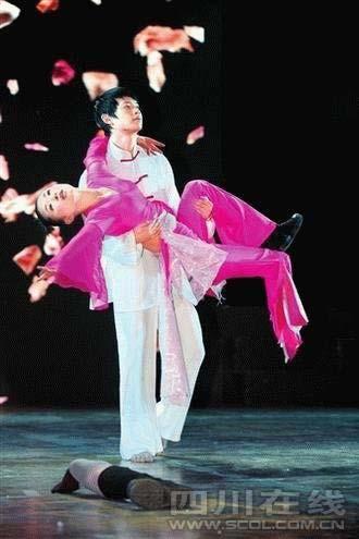 """在地震中失去双腿的绵竹市汉旺舞蹈老师廖智的""""2009年'鼓舞'新年义演""""在德阳演出成功"""