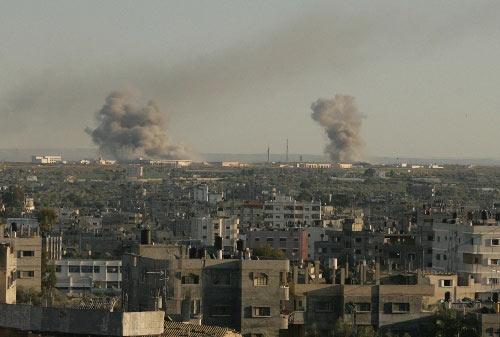 1月3日,在加沙地带南部拉法小镇,两处通向埃及的秘密地道被以军轰炸后冒起浓烟。2008年12月27日以来,以军战机对加沙目标实施大规模空袭。空袭已造成至少450人死亡、2300人受伤。来自以色列和巴勒斯坦方面的消息证实,以军当地时间1月3日晚间8时30分左右展开了对加沙地带的地面攻势