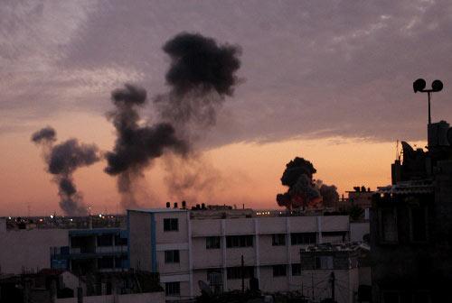 1月3日,在加沙地带南部城镇拉法,两处通向埃及的秘密地道被以军轰炸后冒起浓烟。2008年12月27日以来,以军战机对加沙目标实施大规模空袭。空袭已造成至少450人死亡、2300人受伤。来自以色列和巴勒斯坦方面的消息证实,以军当地时间1月3日晚间8时30分左右展开了对加沙地带的地面攻势