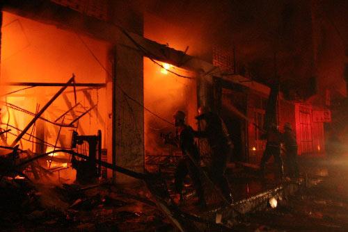 1月3日,加沙城的巴勒斯坦消防员在一处遭以军袭击起火的建筑旁灭火。2008年12月27日以来,以军战机对加沙目标实施大规模空袭。空袭已造成至少450人死亡、2300人受伤。来自以色列和巴勒斯坦方面的消息证实,以军当地时间1月3日晚间8时30分左右展开了对加沙地带的地面攻势。 新华社发