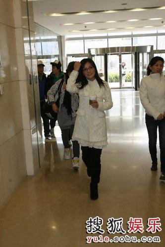 图:《赤壁》官网升级仪式 赵薇抵达搜狐大厦