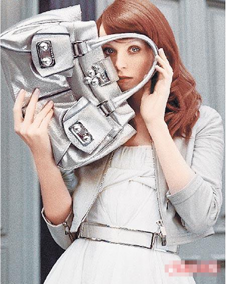 名模Karen Elson秀银色Blossom Bag。1万5000元