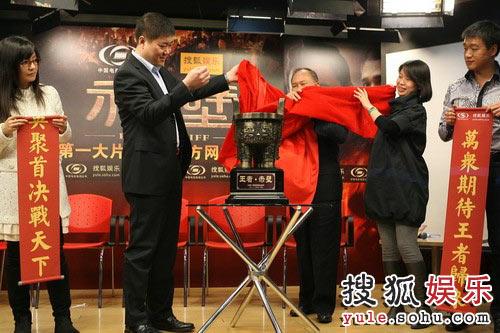 图:吴宇森蒋德福徐煜华共同揭幕赤壁纪念碑