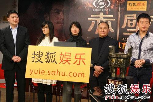图:赵薇佟大为展示搜狐娱乐相赠的礼物
