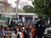 元旦购票客流激增 长铁百名警察维护秩序(图)
