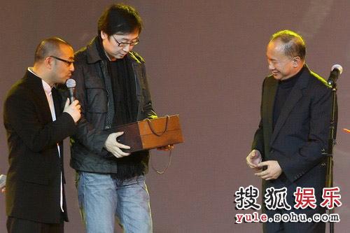 图:《赤壁(下)》首映礼 陆川送礼物