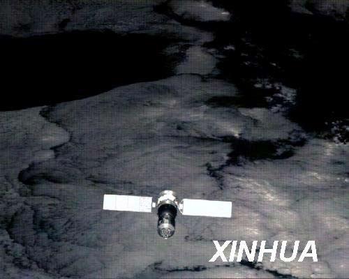 2008年10月5日,中国载人航天工程空间应用系统负责人公布,神舟七号飞船伴飞小卫星顺利完成前期空间观测任务,共下传1000多幅飞船多角度图像,均清晰完整。这幅图片为释放指令发出6分钟后窄视场相机获取的图片,伴星位于飞船前上方200多米处。新华社发