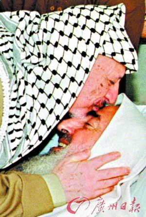 1997年10月2日,阿拉法特亲吻出狱后的哈马斯精神领袖亚辛。(资料图片)