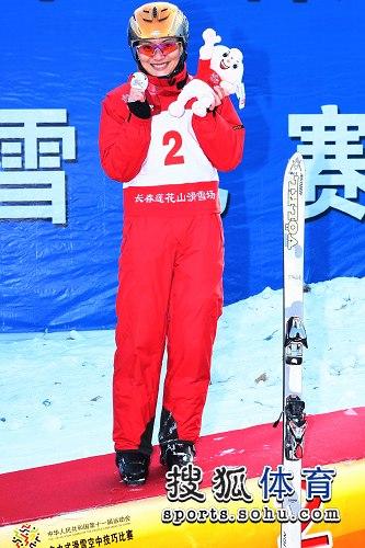 图文:自由式滑雪赵姗姗折桂 李妮娜激动不已