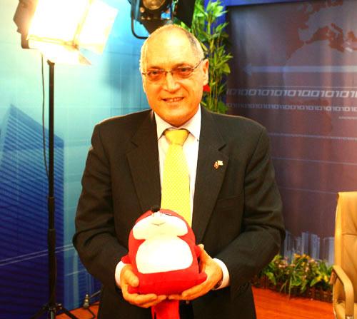 1月5日,以色列大使安泰毅先生与搜狐网吉祥物小狐狸合影留念。陈国栋摄