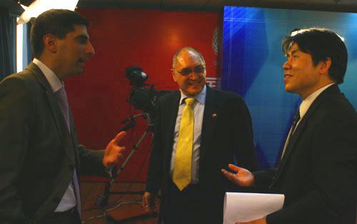 1月5日,以色列大使安泰毅先生专访后与主持人等交流。陈国栋摄