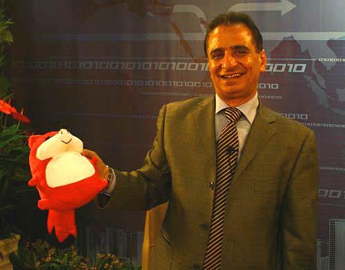 巴勒斯坦驻华公使艾哈迈德-马哈茂德与搜狐网吉祥物小狐狸合影留念。陈国栋 摄