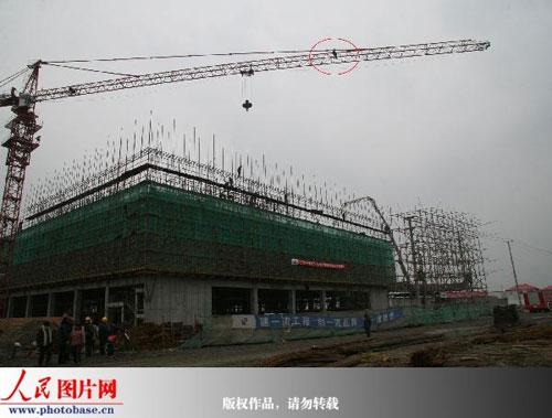 消防云梯高空施救 2009年1月5下午,江苏南通开发区某建筑工地发生惊险