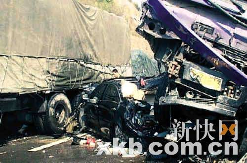 ■小车的车头被压在大货车下面。