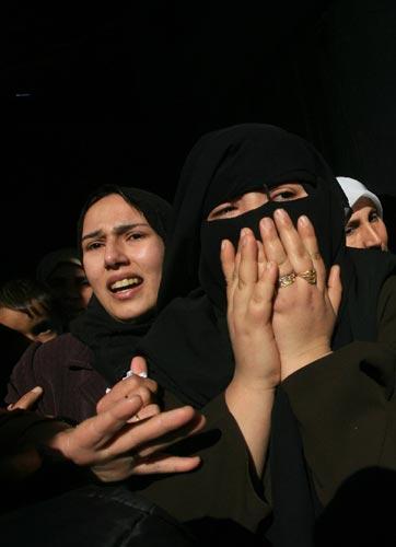 加沙遍是伤心地 1月5日,在加沙南部拉法难民营举行的哈马斯成员穆罕默德·阿布·沙尔的葬礼上,几名巴勒斯坦妇女伤心地哭泣。 新华社发