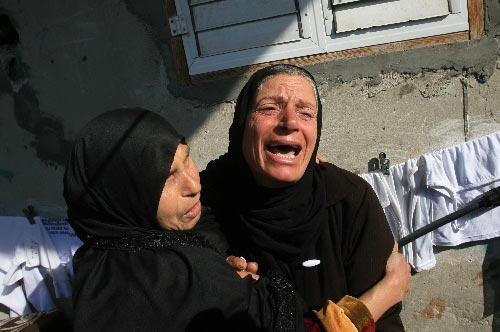 加沙遍是伤心地 1月5日,在加沙南部拉法难民营举行的哈马斯成员穆罕默德·阿布·沙尔的葬礼上,两名巴勒斯坦妇女伤心地哭泣。 新华社发