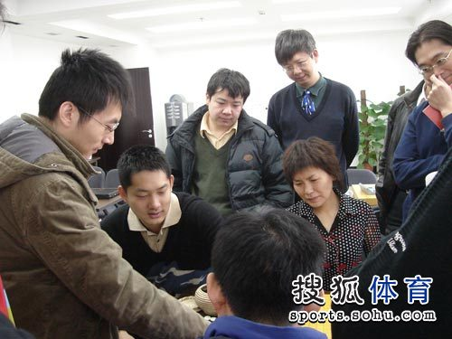 图文:丰田杯决赛第一局 常昊参与研讨