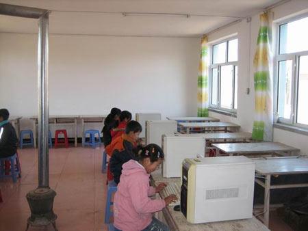 孩子们在上第一趟微机课