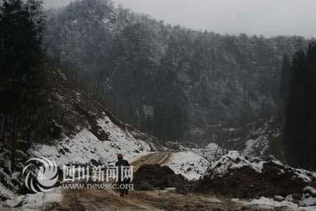 修路工人坚守在海拔近2000米的公路上