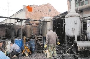 大钢罐爆炸后流出一堆黑色液体(左图),接着飞到隔壁车间,把屋顶砸塌(右图)。