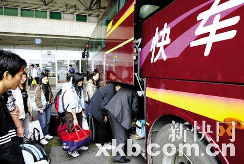 每年春运,不少旅客都是乘大巴走高速公路回家.新快报记者 王翔/摄-