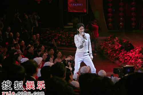 陈慧琳酷装亮相与观众互动