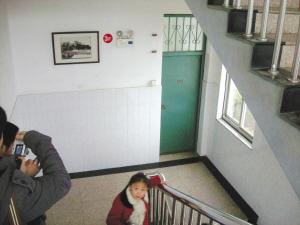在这个楼梯口拐角处小昊南遭遇不幸
