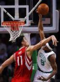 图文:[NBA]火箭VS凯尔特人 姚明力压兰多