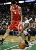 图文:[NBA]火箭VS凯尔特人 姚明泰山压顶